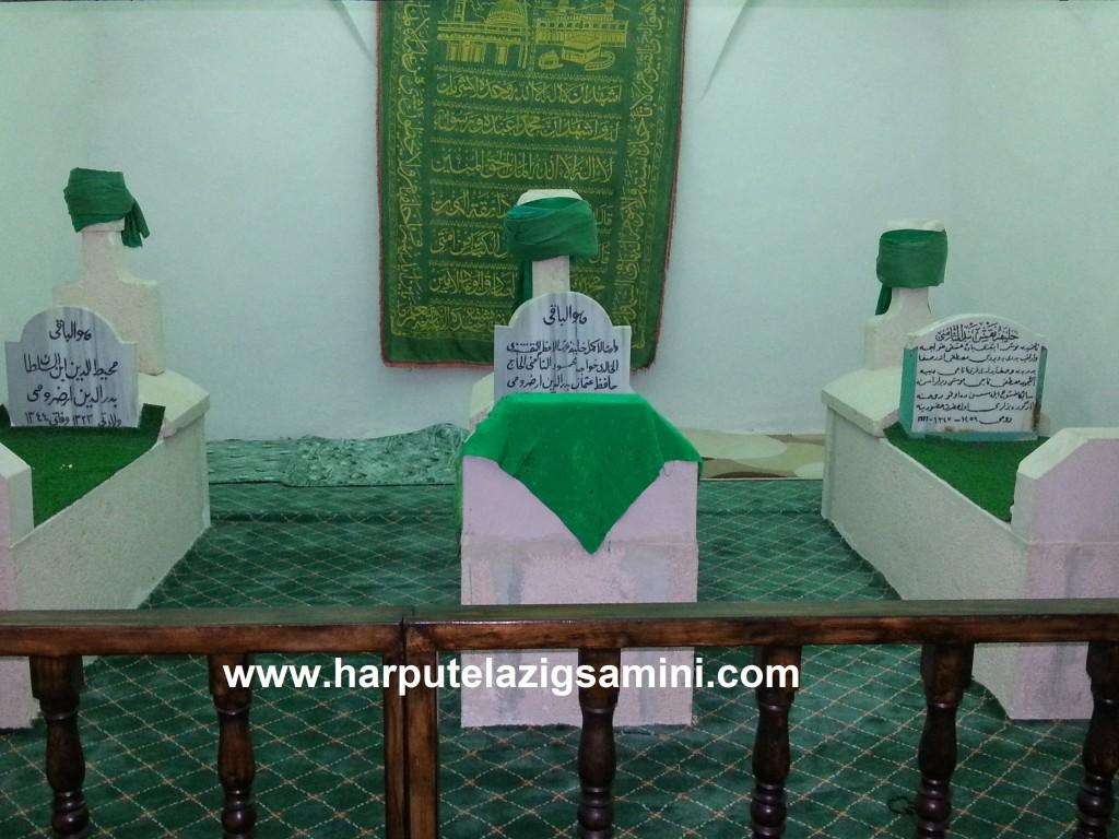Ortadaki kabir İmam Efendinin, sağdaki Hace Mustafa Naci Efendinin, soldaki kabir ise Muhyiddin Efendinin kabridir.