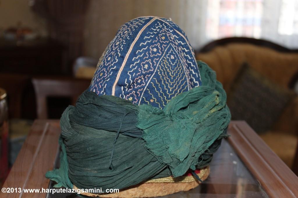 Mahmud Samini hazretlerinin sarığı. Üzerindeki işlemeler Halifesi İmam Efendinin oğlu Muhyiddin Efendi tarafından yapılmıştır.