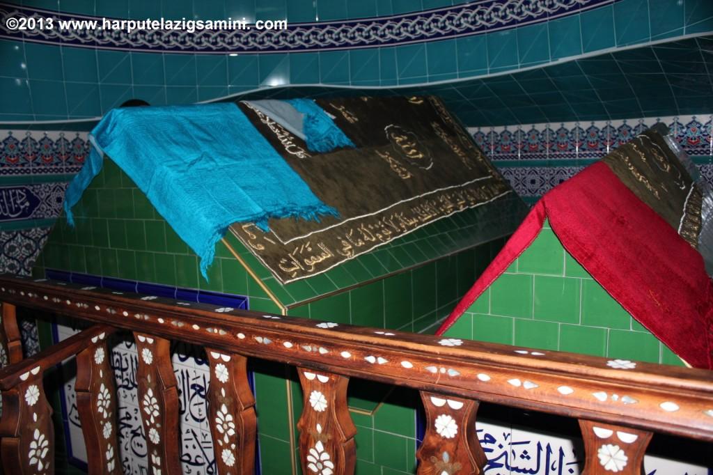 Türbesinin içten görünüşü. Soldaki sanduka Mahmud Sâminî Hazretlerine, sağdaki sanduka ise torunu Sadeddin Efendiye aittir. Sadeddin Efendi İmam Efendi Hazretlerinin halifelerinden biri olup 42 yaşında Gülüşkür köprüsü civarında şehit edilmiştir.